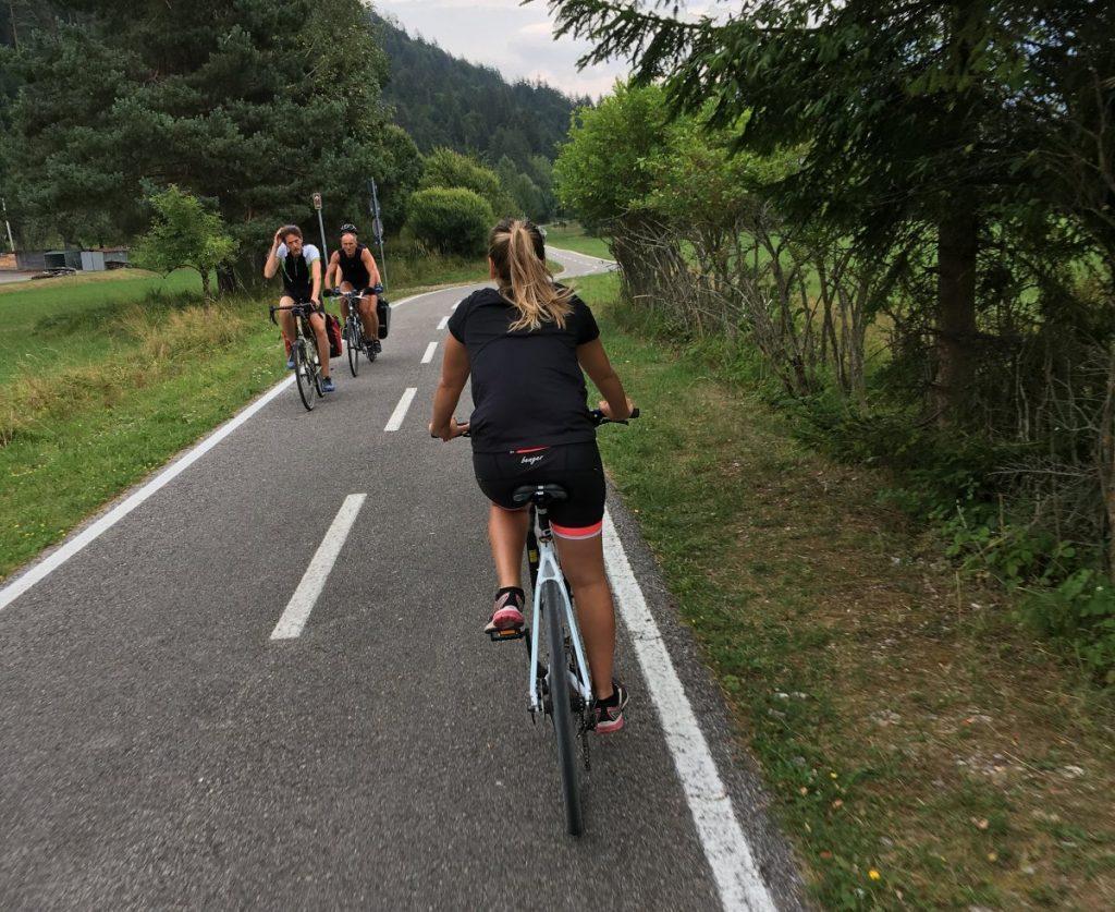 Ciclisti sulla ciclabile alpe adria a tarvisio