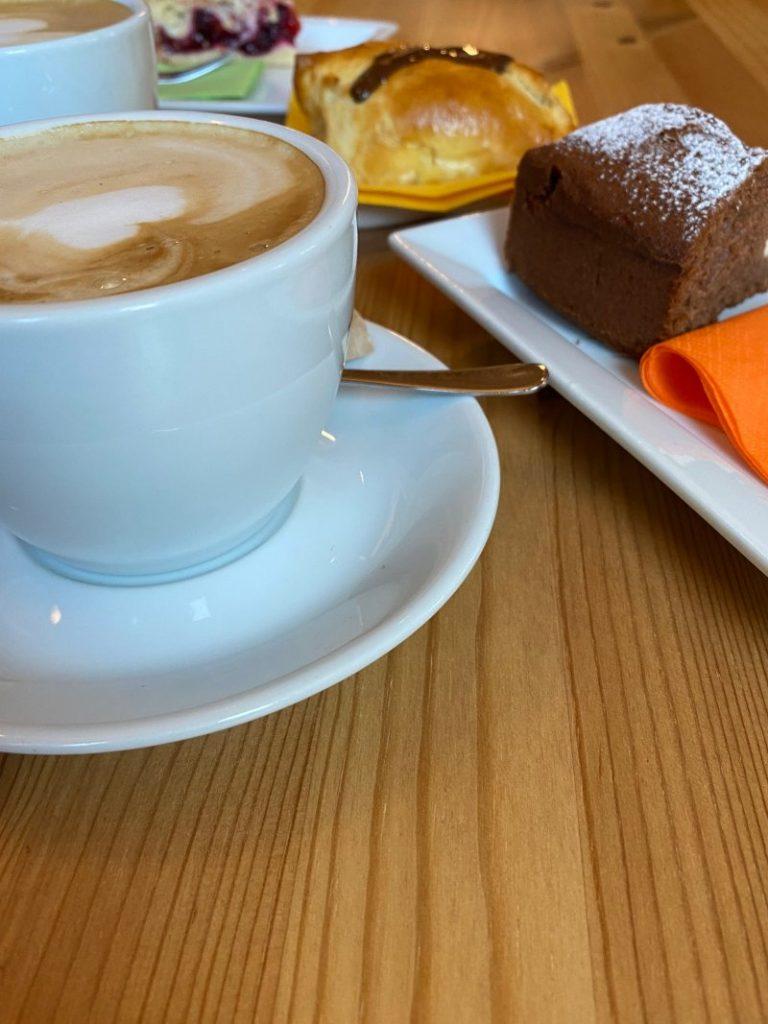 Caffè e torta nella pasticceria a Valbruna