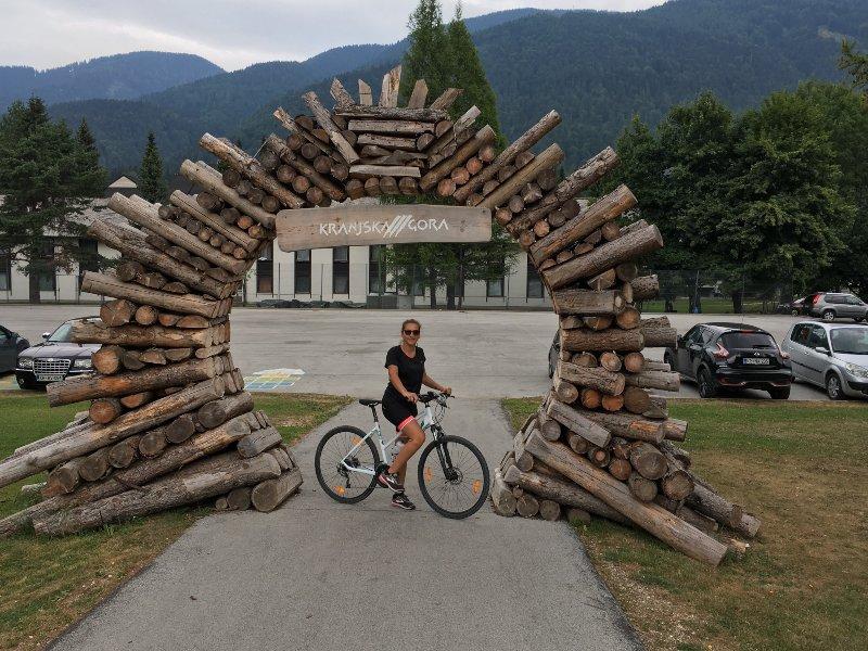 In bicicletta sotto l'arco di Kranjska Gora