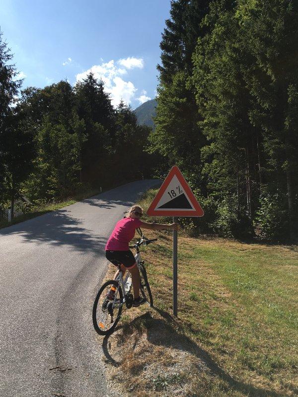 Ciclista in salita verso il lago di Bled
