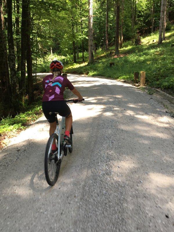 Ciclista in salita verso il Monte Forno