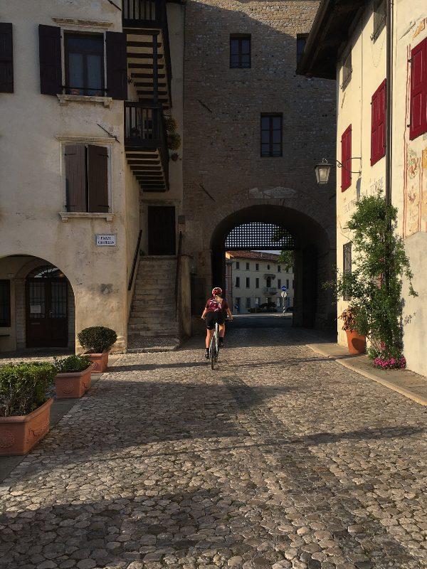 In bicicletta nel centro storico di Valvasone