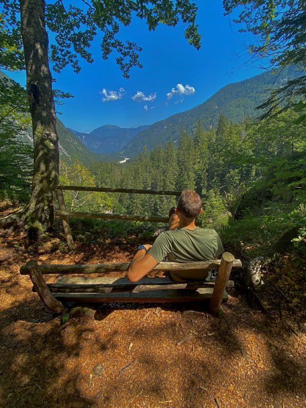 Relax sulla panchina in Val Saisera
