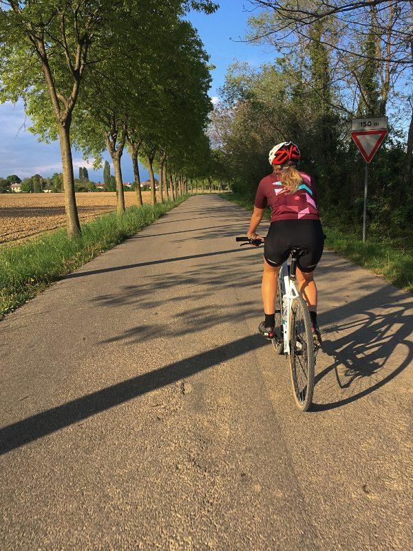 In bicicletta strada secondaria a Valvasone