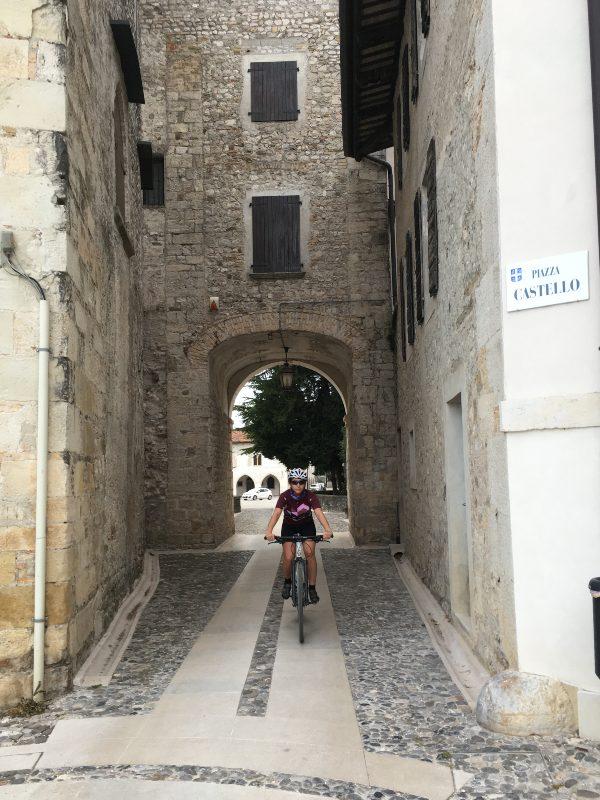 In bicicletta nel centro storico di Spilimbergo