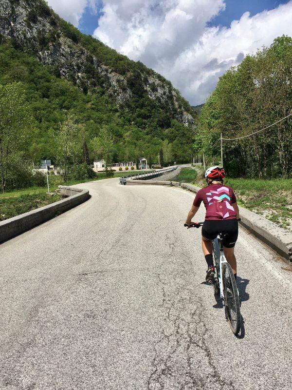 Strada di montagna in bicicletta