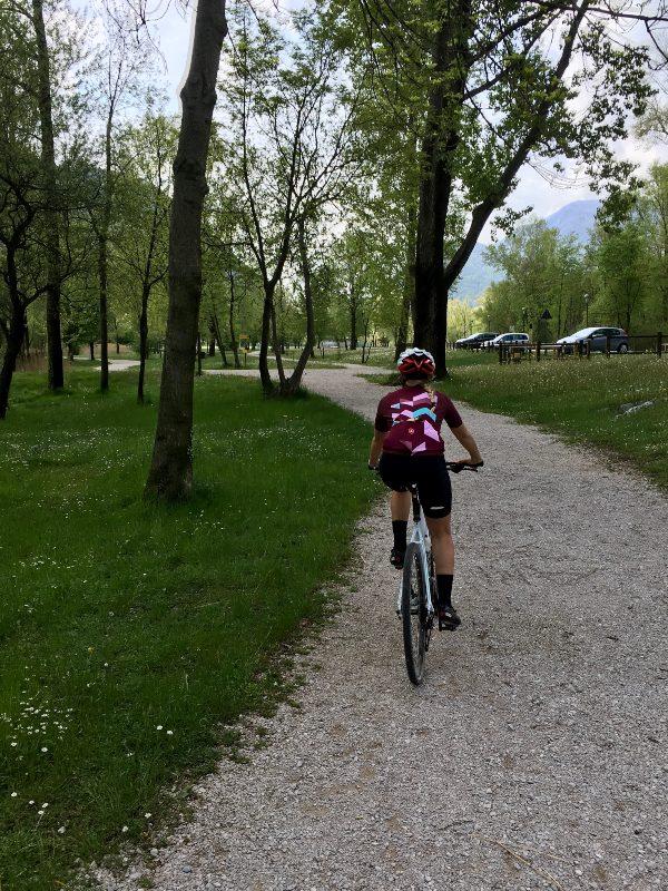 In bicicletta sul lago di Cavazzo
